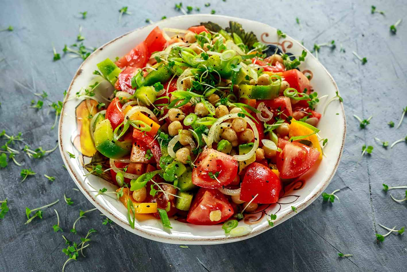 Зеленый салат с горохом нут