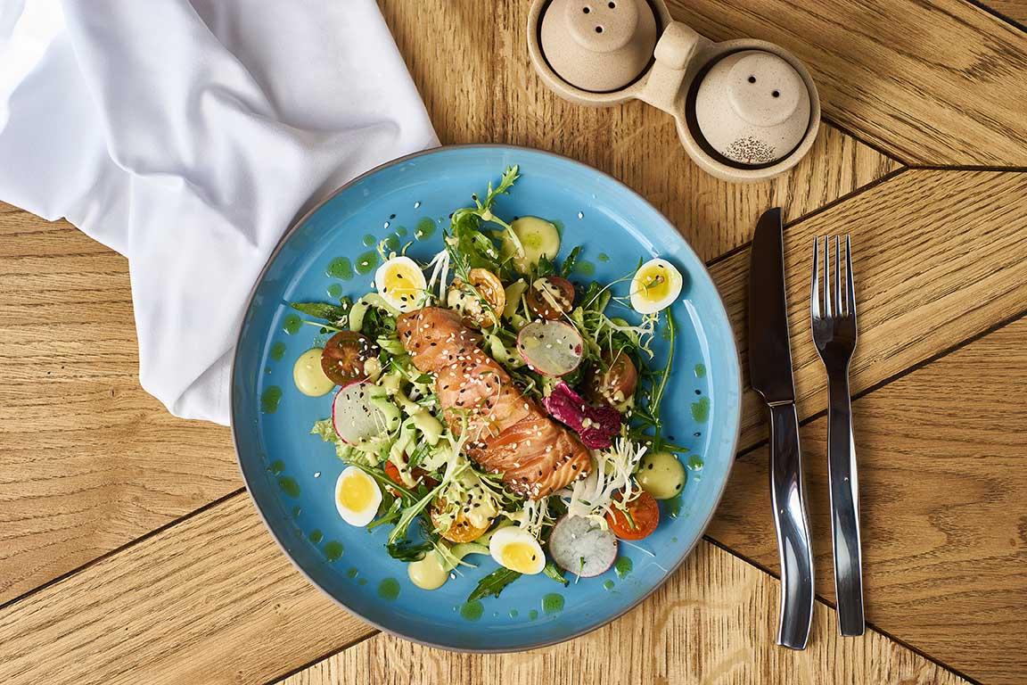 Салат с лососем и облепиховым маслом