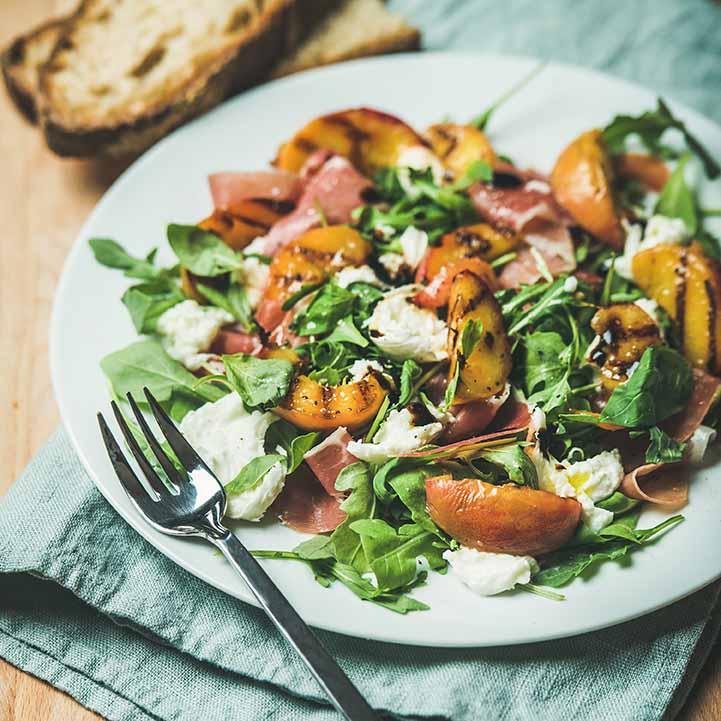 Салат с хамоном и печеным яблоком