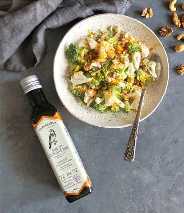 Салат из брокколи и цветной капусты с облепиховым маслом